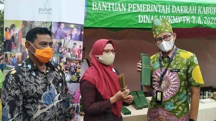 Solusi Sampah Plastik, Belitung Punya Sedotan Purun, Menparekraf: Ini Nih yang Dicari Dari Tadi - menparekraf-sandiaga-uno-bupati-belitung-sahani-saleh.jpg