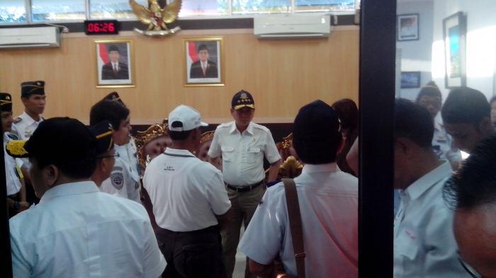 Menteri Jonan Sempat Bercengkerama di Ruang VIP Bandara Belitung