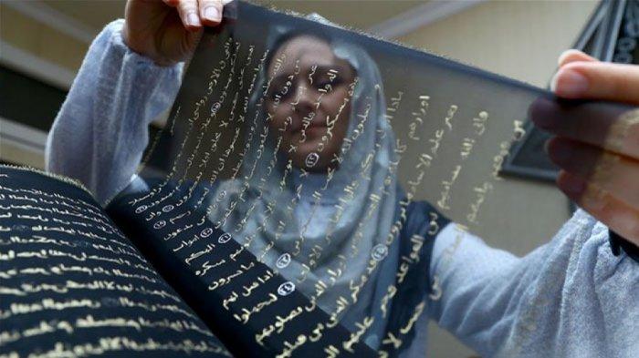 Seniman Ini 3 Tahun Menulis Ulang Al-Quran Dengan Tinta Emas pada Lembar Sutra