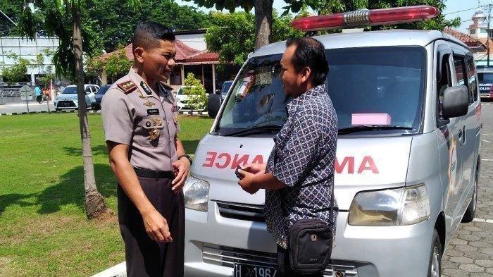 Mabuk Jamur Kotoran Sapi, Maling Ini Tak Sadar Mobil yang Dicurinya Ambulans