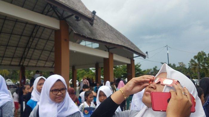 Pelajar dan Warga Tepat Jam 10.40 WIB Lihat Gerhana Matahari Cincin di Pantai Tanjung Kelayang