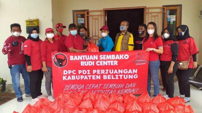 DPC PDI Perjuangan Kabupaten Belitung Bersama Rudi Center Bagikan 500 Paket Sembako ke Warga Isoman