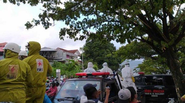 Video Detik-detik Puluhan Warga Terobos Barikade Aparat lalu Ambil Paksa Jenazah Positif Covid-19