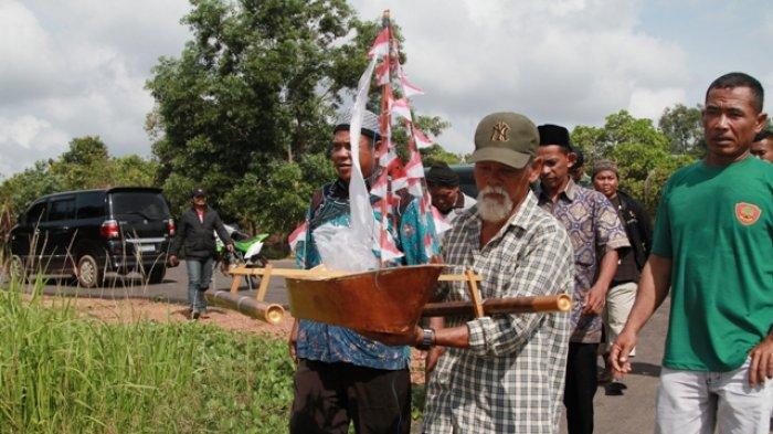 Wakil Bupati Belitung Timur Buka Selamat Laut, Ritual Adat di Pantai Gusong Cine - miniatur-perahu-kecil-diarak-warga-desa-menuju-pelabuhan-gusong-cine_20180409_102748.jpg
