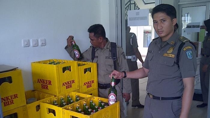 Satpol PP Amankan Belasan Peti Minuman Beralkohol dari Kafe
