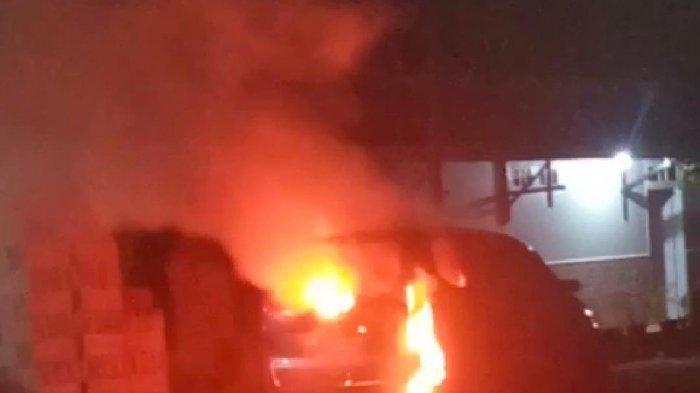 Mobil Daihatsu Xenia AD 1526 AE yang terbakar di Bendosari Sukoharjo. Ada jenazah Yl, seorang warga Solo di dalamnya.
