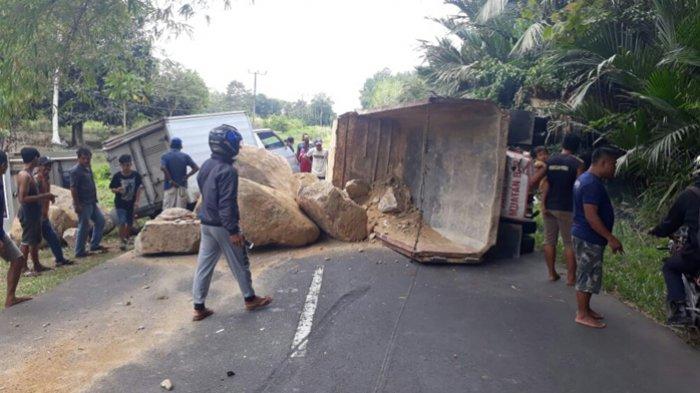 Kelebihan Muatan, Mobil Truk Pembawa Batu Proyek Talud Kembali Terguling di Cambai