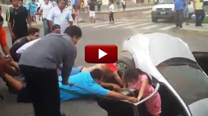 VIDEO: Menegangkan! Sekeluarga di Dalam Mobil Tertelan Lubang Besar