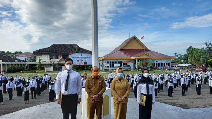 Wali Kota Pangkalpinang Maulan Aklil (Molen) menyerahkan Surat Keputusan (SK) Calon Pegawai Negeri Sipil (CPNS) Formasi Tahun 2019 di halaman kantor Wali Kota Pangkalpinang, Senin (4/1/2021) (Bangkapos.com/Andini Dwi Hasanah)