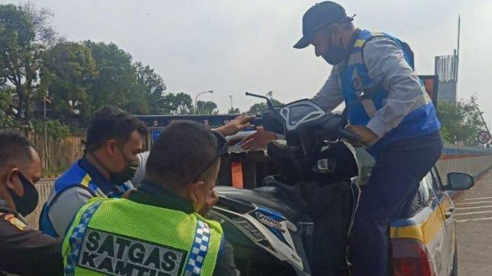 Viral, Masuk Jalur Tol, Tiga Perempuan Berboncengan Naik Motor Alami Kecelakaan