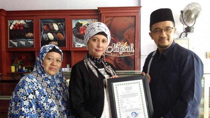Dua Usaha Kuliner di Belitung Bersertifikat Halal - nardi-pratomi-saat-menyerahkan-sertifikat-halal-kepada-pemilit-usaha-nafisah-bakery_20180320_221612.jpg