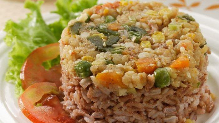 Bingung Cari Menu Sarapan Sehat Besok? Contek Resep Nasi Tim Merah Udang Sayur Ini Saja