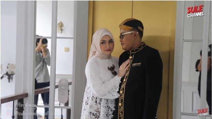 Intip Kemesraan Sule dan Nathalie Holcher saat Foto Prewedding, Serasi dengan Busana Adat Sunda