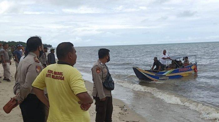 Warga dan aparat kepolisian mencari Hakim (52) warga Desa Permis yang diterkam oleh buaya di Perairan Sebagin pada Senin (13/9/2021)