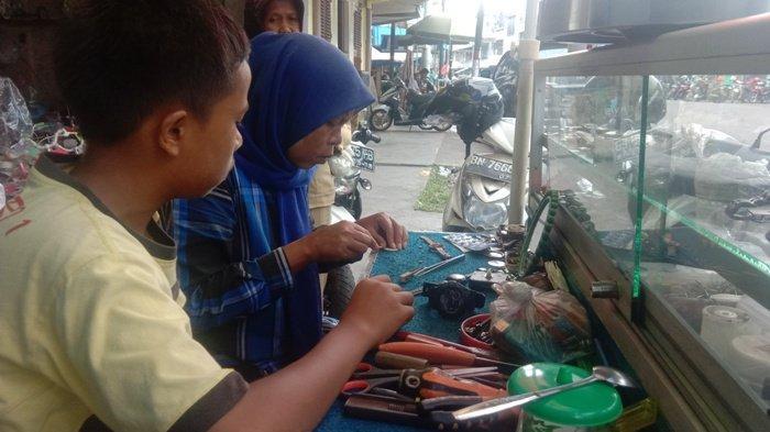 Khawatir Anak-anaknya Sulit Cari Kerja, Nelma Tularkan Keahliannya Mereparasi Jam
