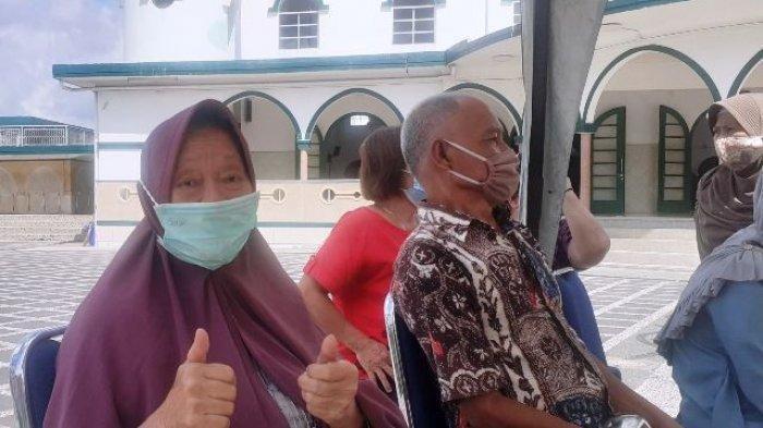 Masih Sehat di Usia 81 Tahun, Aswati Angkat Jempol Saat Menunggu Disuntik Vaksin Covid-19