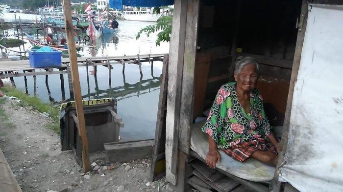 Nenek Ini Hidup di Gubuk Mungil Tepi Batang Arau Kota Padang. Bang Ben Merawatnya Penuh Kasih Sayang