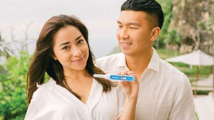 Nikita Willy menunjukkan test pack tanda sedang hamil anak pertamanya