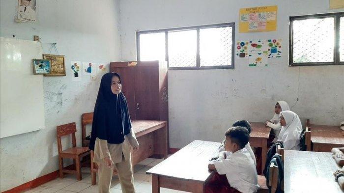 Guru Honorer di Banten 'Sulap' Toilet Sekolah jadi Tempat Tinggal, Masak di Ruang Bekas WC