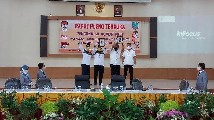 Pasangan BERAKAR dan BELTIM KAYA memamerkan nomor urut yang diperoleh pada pelaksanaan Pilkada Bupati dan Wakil Bupati Belitung Timur, Kamis (24/9/2020)