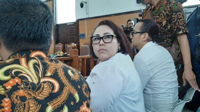 Komedian Nunung Menangis Divonis Hakim 1 Tahun 6 Bulan