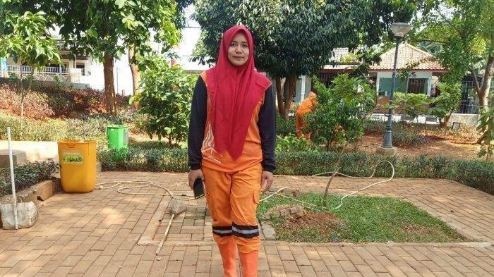 Sosok Cantik Petugas Kebersihan DKI Jakarta Ini Buat Pekerja Lain Semakin Bersemangat