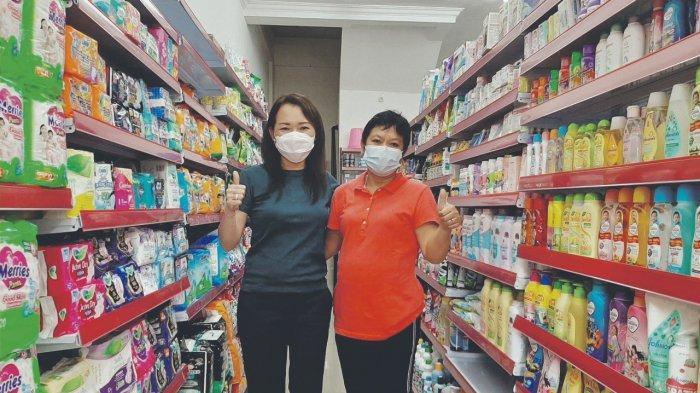 PENGELOLA Babel Mart, Vina Cristyn Ferani bersama Pemilik Babel Mart, Lusia atau akrab disapa Anyun.