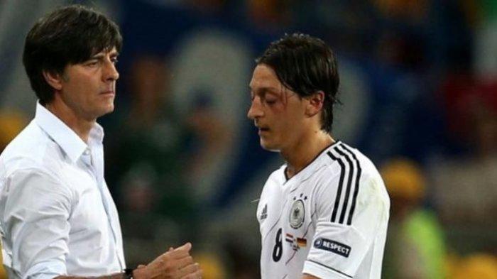 Pelatih Jerman, Joachim Loew (kiri) dan Mesut Oezil (kanan).