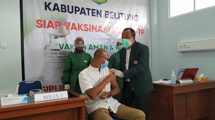 Ketua Permabudhi Belitung Romo Budhi Dharmapanno saat disuntik vaksin Covid-19 di RSUD Marsidi Judono Tanjungpandan, Sabtu (16/1/2021).