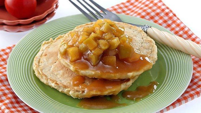 Siap-siap Dipuji Keluarga Kalau Sajikan Pancake Oatmeal Saus Apel Karamel