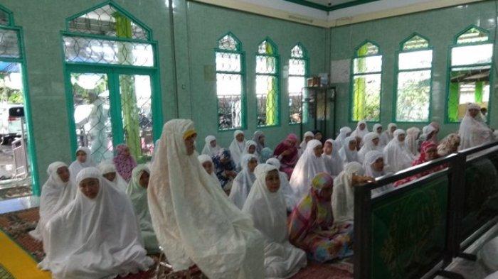 Diguyur Hujan, Jamaah Wanita Salat Id dalam Masjid An Nur