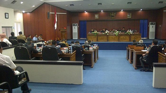 Ikuti Rapat Paripurna, Sejumlah Pejabat Belitung Malah Sibuk Main Gadget