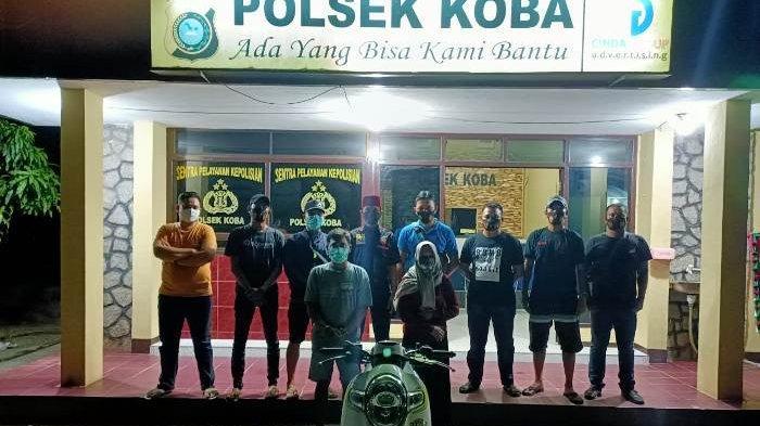 Pasutri yang berinisial SO (44) dan RI (31) saat diamankan di Mapolsek Koba setelah mencuri sepeda motor di Pasar Pagi Desa Air Bara