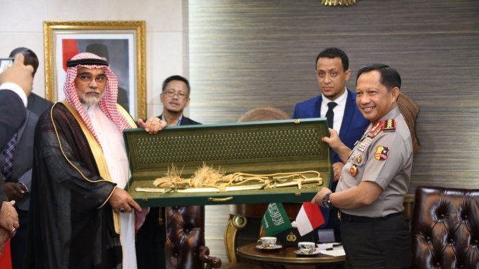 Terima Cinderamata Pedang, Wakil Ketua KPK: Kapolri Mudah-mudahan Dilaporkan