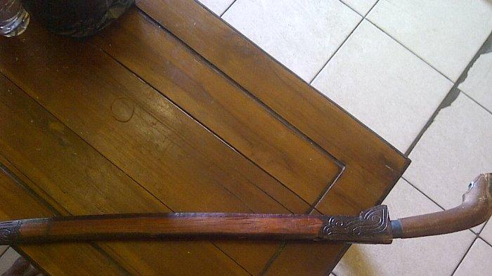 Di sini Deni Simpan Pedang untuk Bela Keponakan