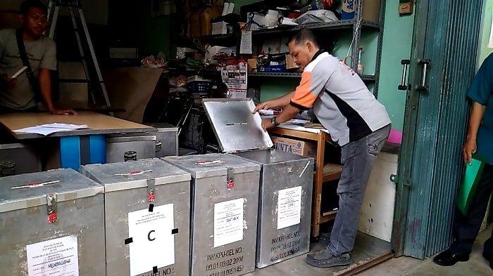 KPU Belitung Buka Kotak Suara