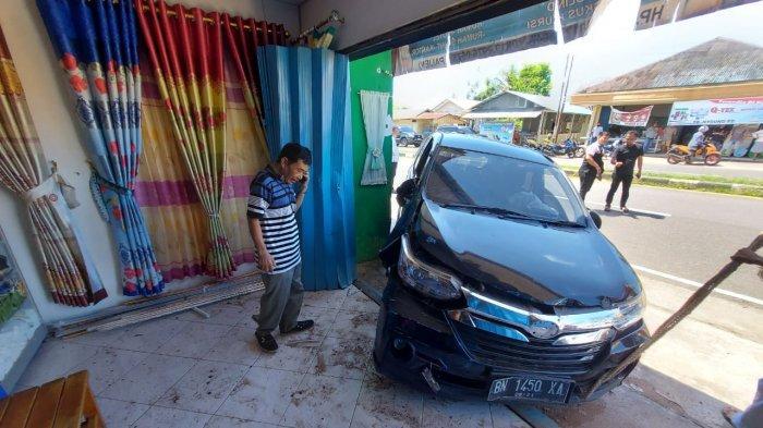 Ijen Pemilik Toko Gorden Sedang di Luar, Kaget Sewaktu Pulang Tempat Usahanya Rusak Ditabrak Mobil