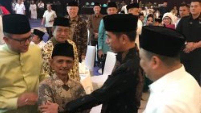 Tukang Sampah Ini Bikin Presiden Jokowi Berdiri dan Menyalaminya, Ternyata Ini Kisah di Baliknya