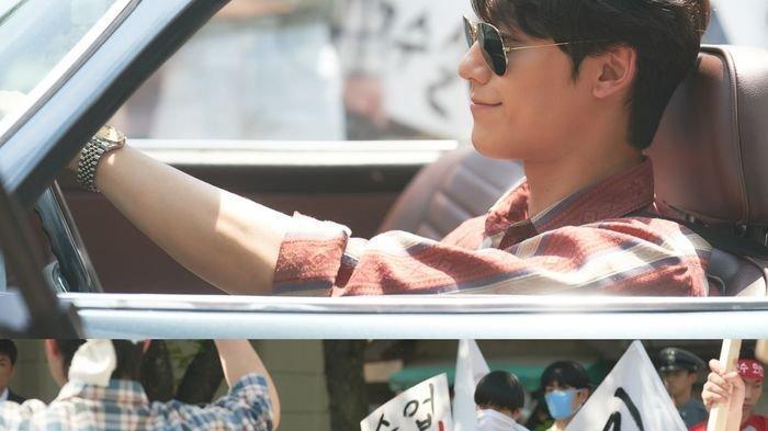 Gantengnya Mempesona! Intip Lee Do Hyun saat Syuting 'Youth of May' Bernuansa Jadul Tahun 80-an