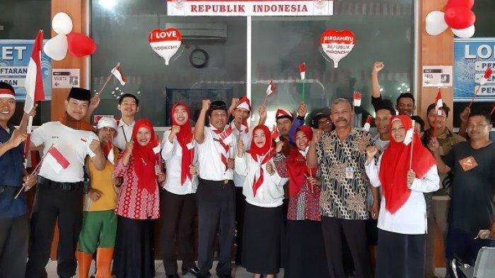 Meriahkan Hari Kemerdekaan, Petugas Samsat Belitung Timur Gunakan Pakaian Pejuang