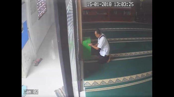 Detik-detik Pencurian Kotak Infak Selesai Salat Jumat di Masjid di Bulan Ramadan Terbilang Nekat