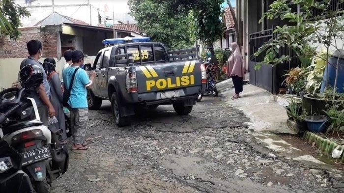 Warga di sebuah perumahan di kawasan Nanggewer, Kecamatan Cibinong, Kabupaten Bogor digegerkan dengan temuan sesosok mayat pria dalam rumah, Jumat (30/10/2020).