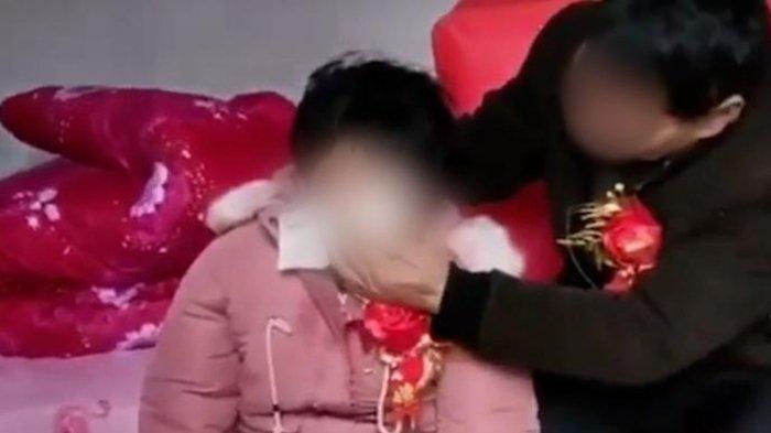 Pengantin Wanita Menangis saat Menikah dengan Pria Tua, Ibunya Malah Tersenyum Bahagia