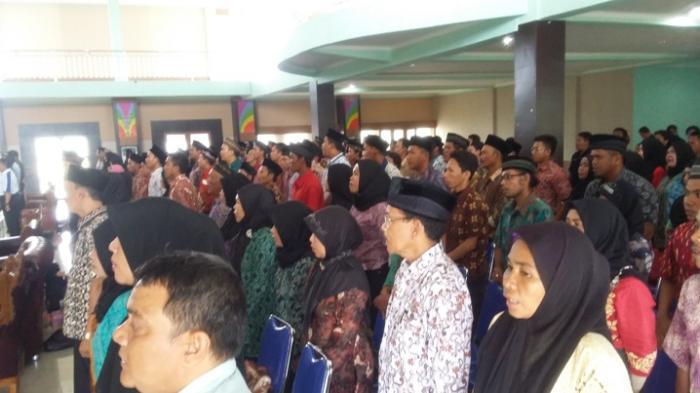Mengenakan Batik, 242 Pengawas TPS di Pilkada Beltim Dilantik