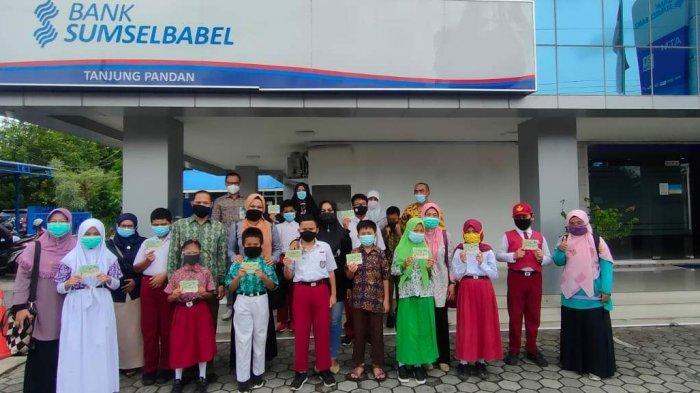 Bank Sumsel Babel Serahkan Laptop dan Beasiswa - penyerahan-beasiswa-kepada-siswa-sd-1.jpg