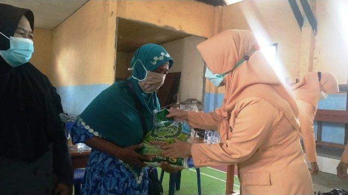 Dharma Wanita Berbagi Jelang Ramadhan, Warga di Tiga Desa Terima Paket Kebutuhan Pokok