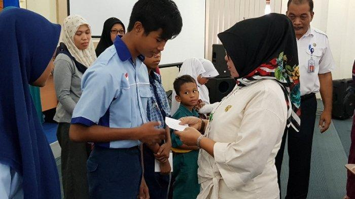 Baznas dan Dindikbud Pangkalpinang Salurkan Zakat untuk 217 Siswa Kurang Mampu