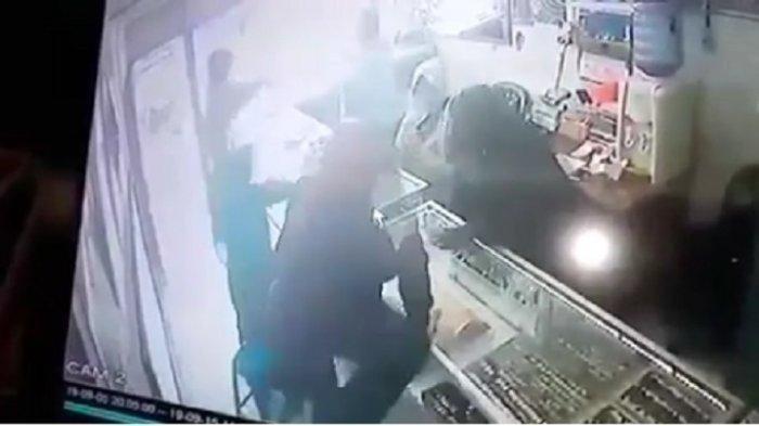 Kronologi Perampok Rampas 10 Kg Emas Senilai Rp 10 M, Wanita Pemilik Toko Ditodong Pistol