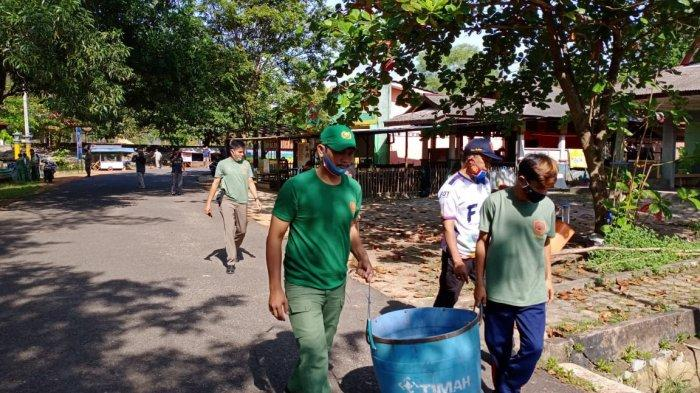 Personel Satlinmas Manggar Beltim Siaga Kebersihan Lingkungan dan Objek Wisata