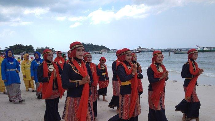 Pesona Belitung Beach Festival Ditutup dengan Pelepasan Lampion dan Pesta Kembang Api